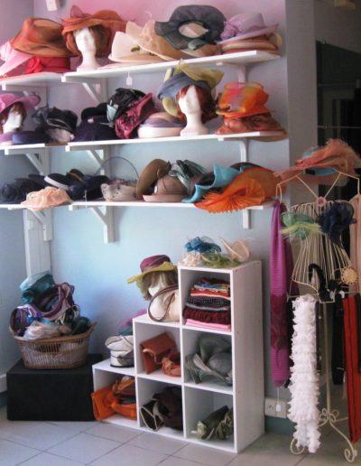 Chapeaux, étoles, pochettes